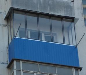 Металлический балкон.